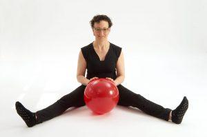 Andrea Meier arbeitet an der Beinmuskulatur und der Beweglichkeit des Beckens.